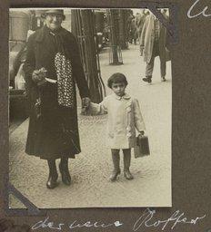 Margot Frank met haar oma Rosa Holländer-Stern (1929)