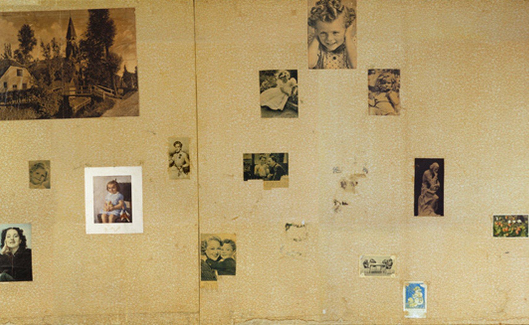 Wand met plaatjes in de kamer van Anne Frank