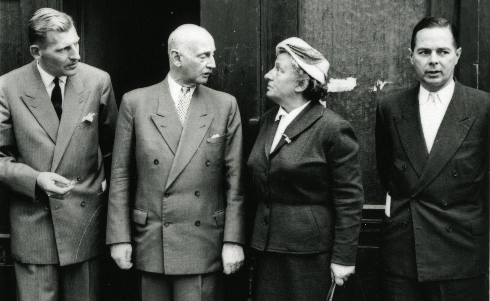 Otto Frank met drie leden van het eerste bestuur van de Anne Frank Stichting in 1957. Van links naar rechts Floris Bakels, Otto Frank, Truus Wijsmuller en Herman Heldring