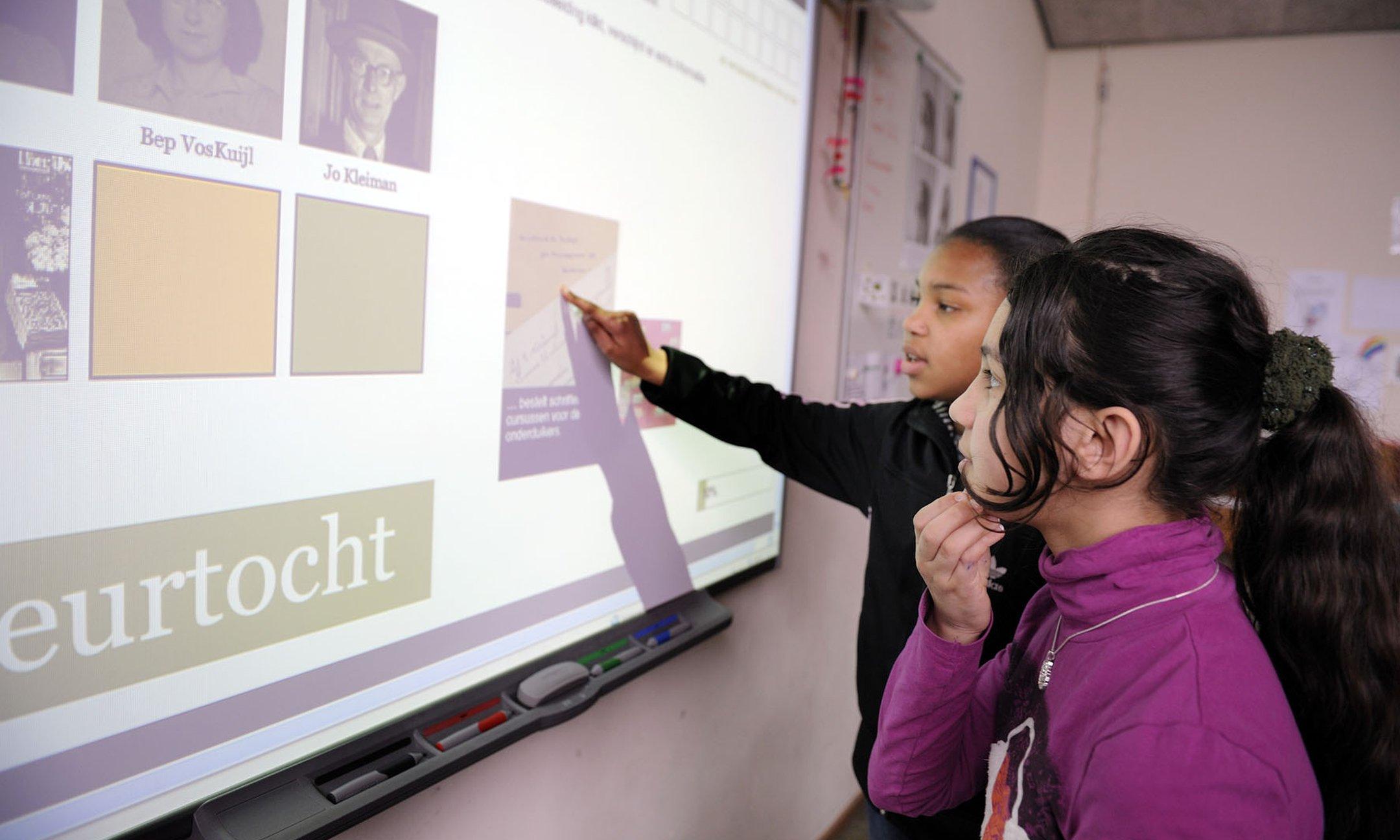 Schüler*innen aktiv am Digiboard mit einer digitalen Unterrichtseinheit über Anne Frank